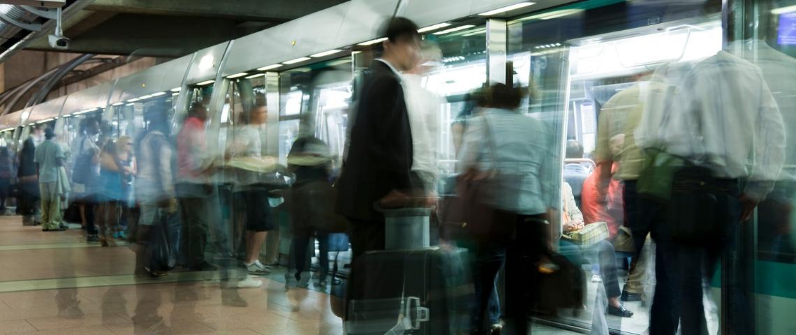 Des passagers attendant le métro 14 à Paris