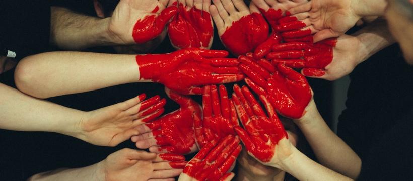 coeur rouge avec des mains