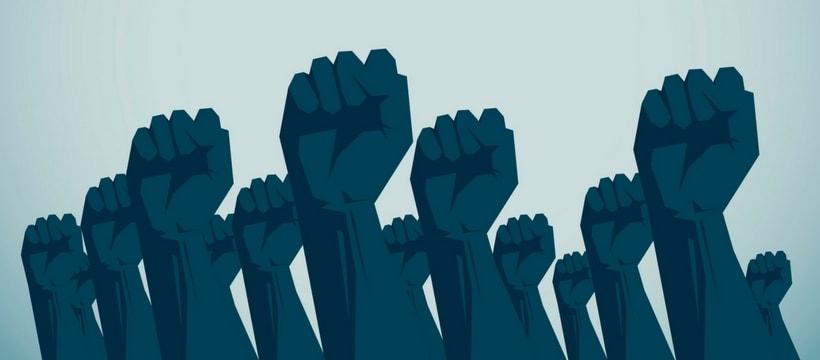 Des poings levés en signe de protestation