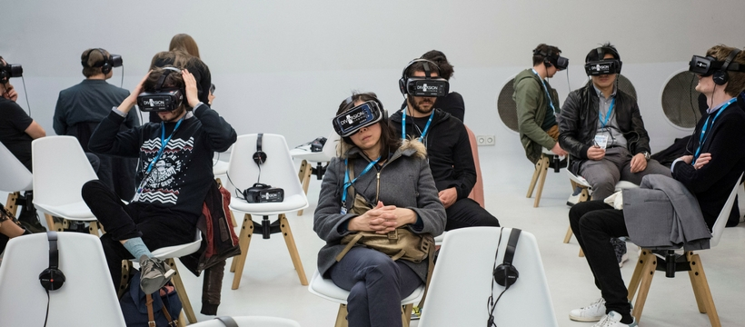 Groupe de personnes avec un casque VR