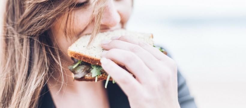 femme qui mange un sandwich