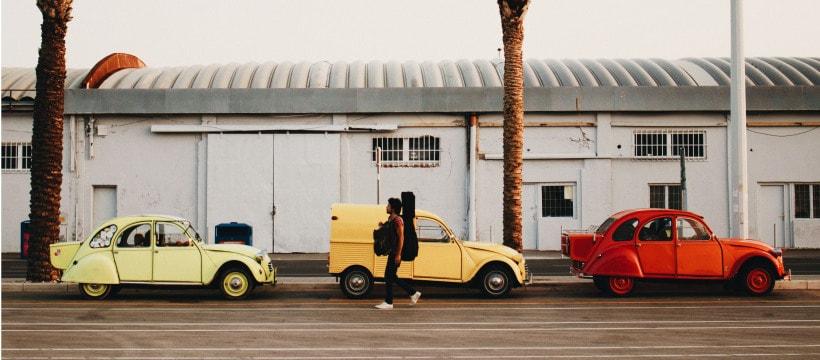 Des voitures retro colorées
