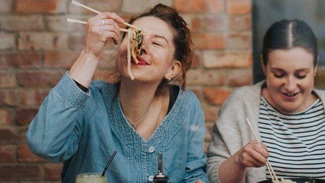 Deux jeunes filles en train de manger chez Wagamama