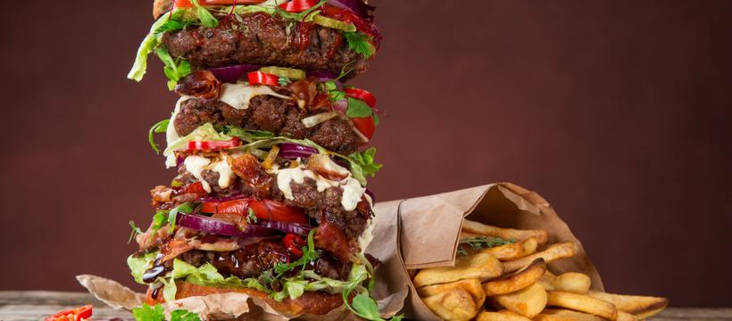 un hamburger et des frites