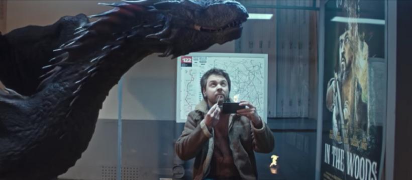 homme qui mange à un arrêt de bus avec un dragon