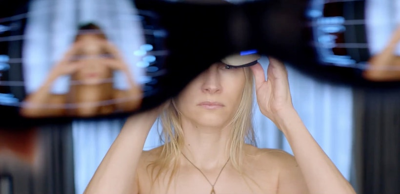 femme enlève son casque de VR