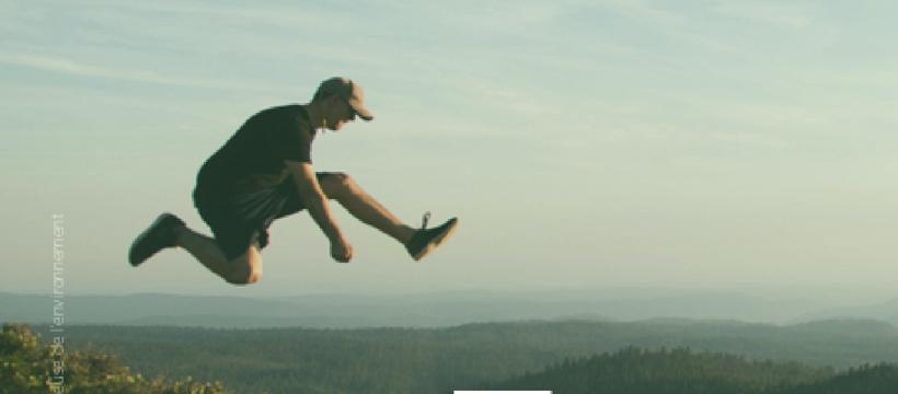 homme en train de sauter