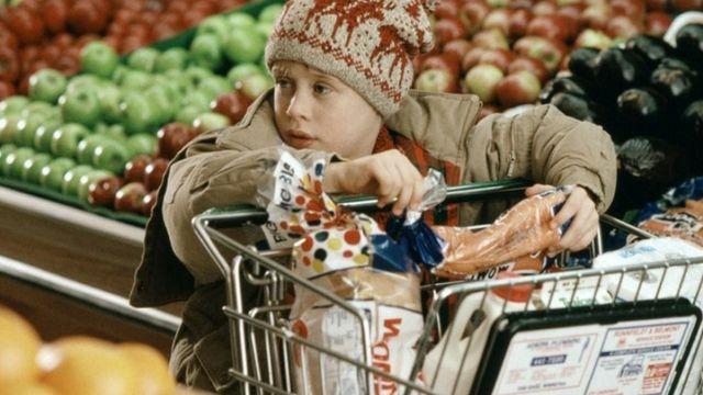macauley culkin dans home alone au supermarché