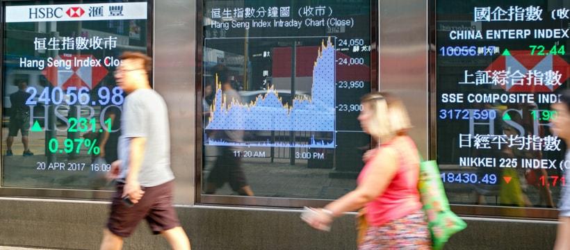Une vitrine HSBC avec le cours de la bourse