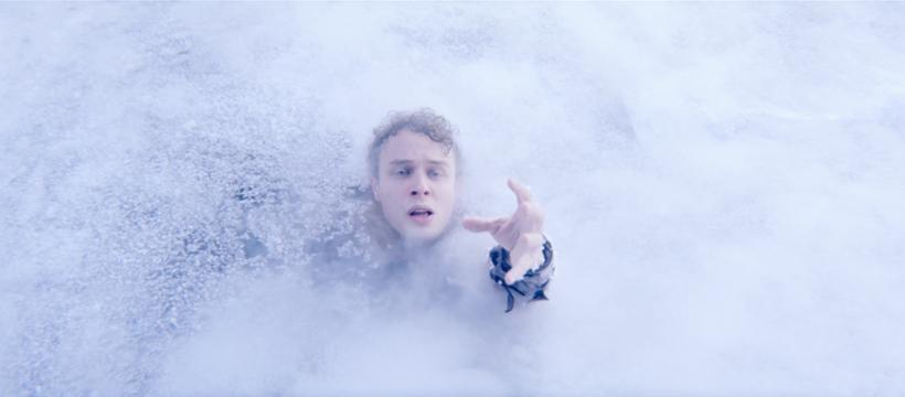 homme qui se noie dans de la glace