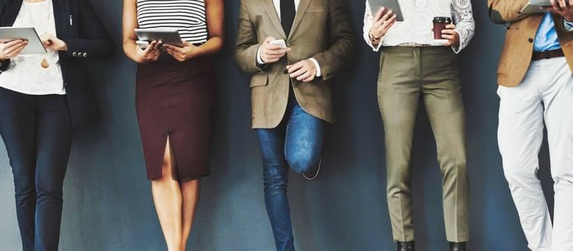 jambes de jeunes actifs avec des smartphones et tablettes