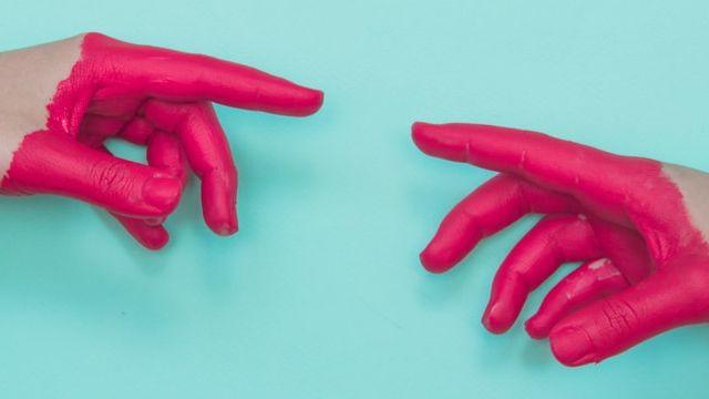 mains peintes en rose