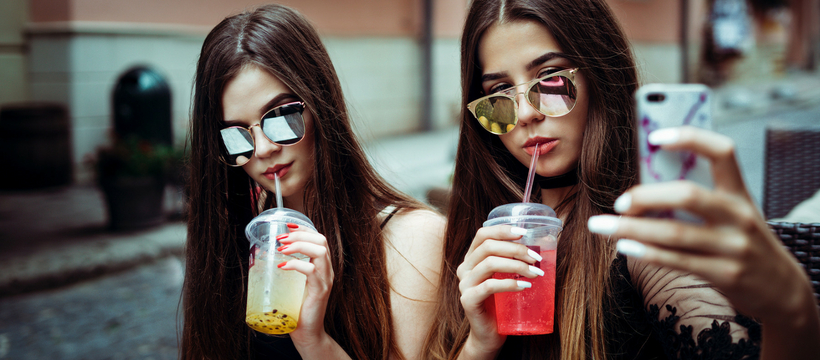 deux millennials qui font un selfie
