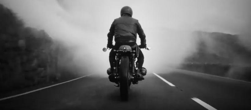homme à moto de dos