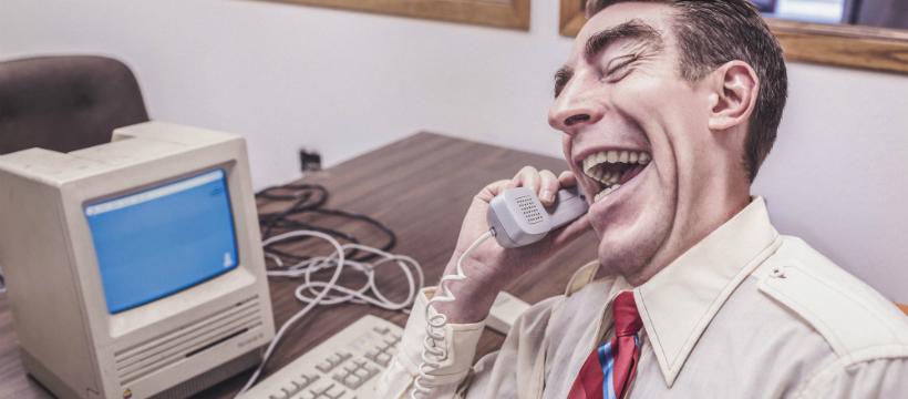 Homme qui parle au téléphone devant un minitel