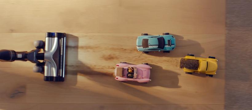 aspirateur et voitures en jouet