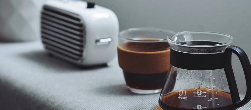 radio et tasse de café