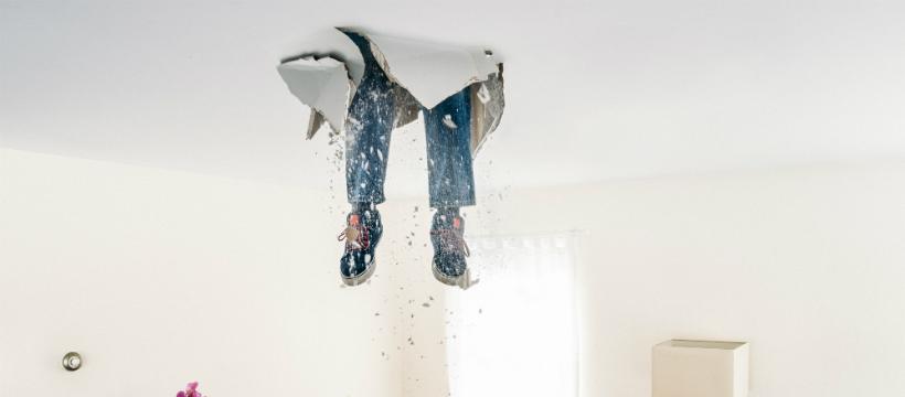 Homme qui tombe du mur