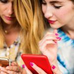 femmes qui regardent leurs téléphones