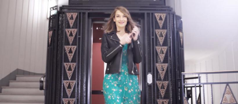 femme qui sort d'un ascenseur
