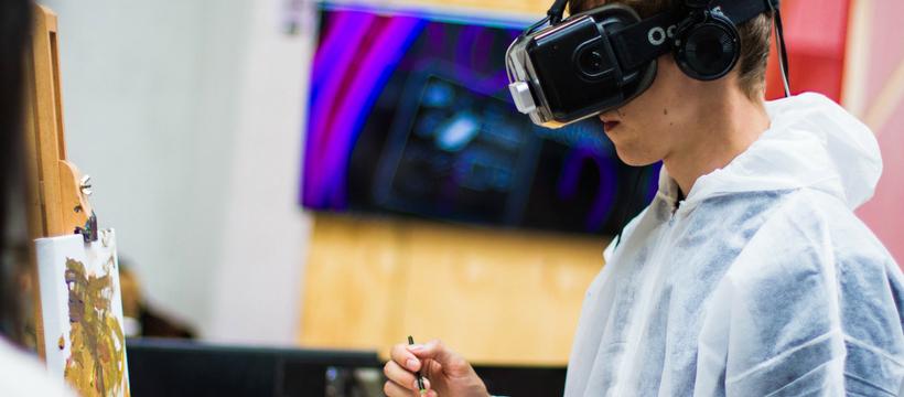 un homme qui peint avec un casque de réalité virtuelle