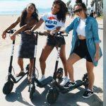des jeunes femmes en Californie sur des trottinettes
