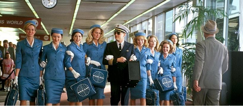 Leonardo DiCaprio, dans le film attrape moi si tu peux, entouré d'hôtesses de l'air
