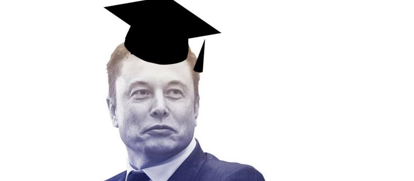 Elon Musk avec un chapeau de diplômé