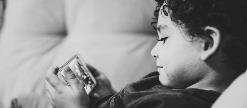 enfant avec un smartphone