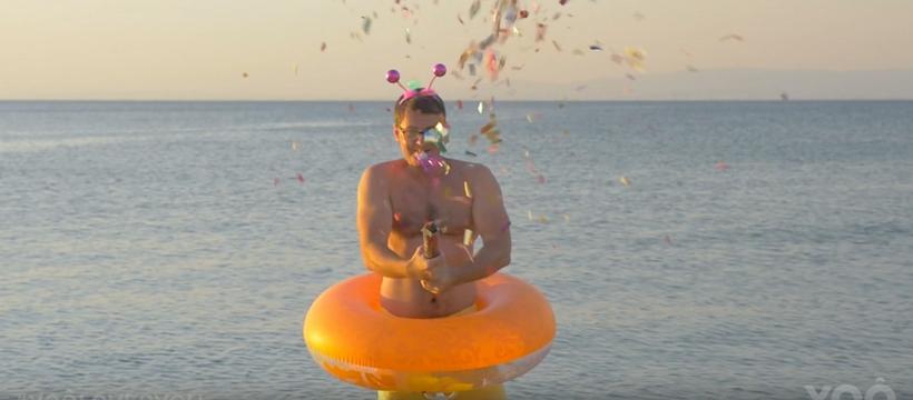 homme avec une bouée et des confettis