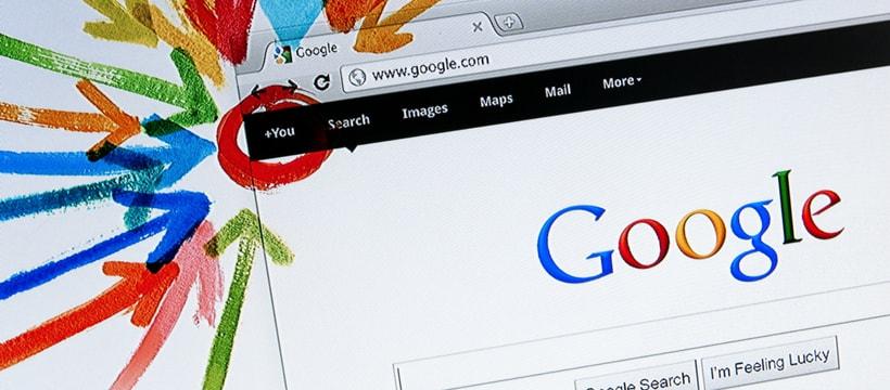 Le moteur de recherche de Google, avec des flèches
