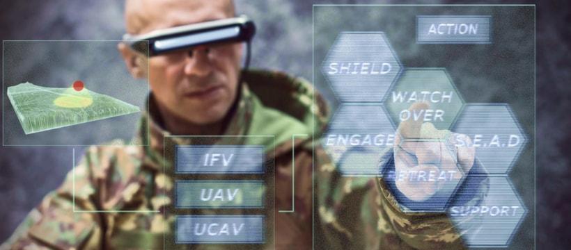 Un militaire utilisant la technologie