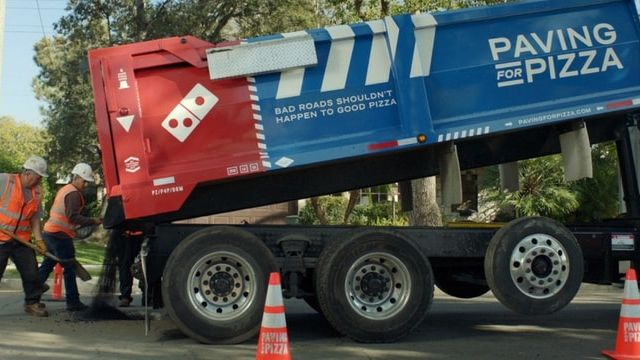 Un camion de travaux Domino's Pizza