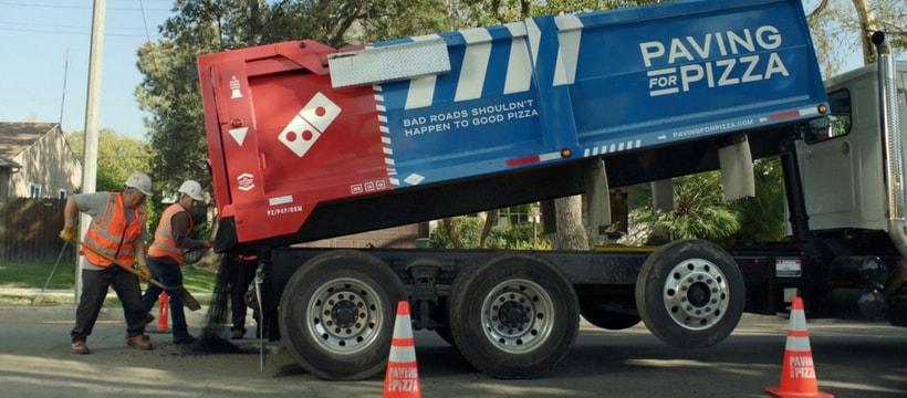 Un camion de travaux Domino's Pizza
