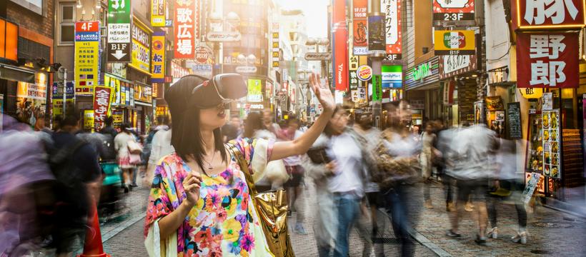 femme japonaise avec casque de vr
