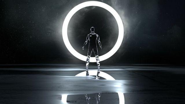 Un androïde devant une lumière ronde