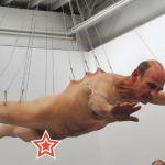 L'artiste Stelarc, nu, suspendu par le dos
