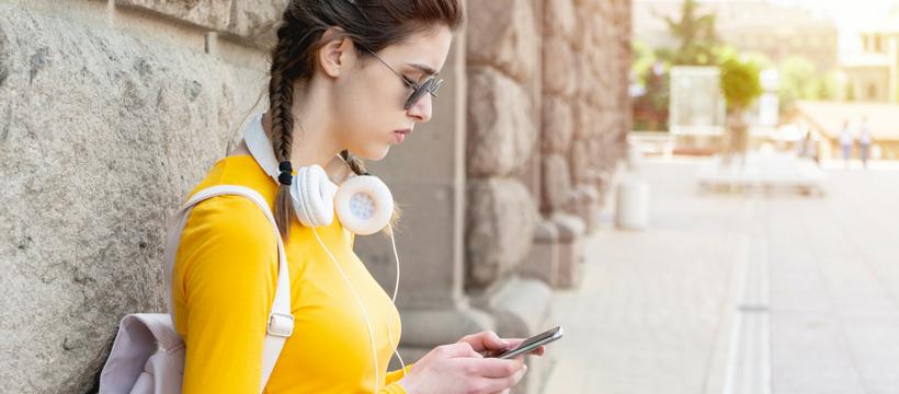 adolescente avec un smartphone