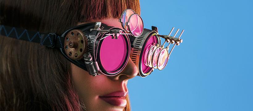 femme aux lunettes futuristes