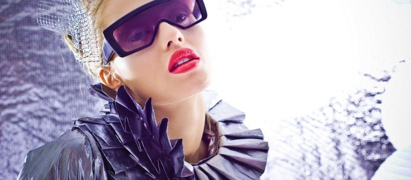 Une femme blonde avec des lunettes et vêtements futuristes