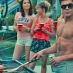 Zac Efron dans le film Nos pires voisins en train de faire un barbecue