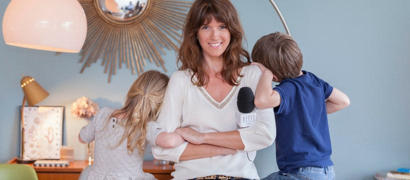 Une femme et deux enfants de dos
