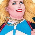 Une femme blonde en costume de super-héros
