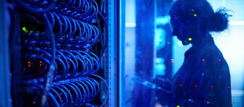une femme devant une base de données