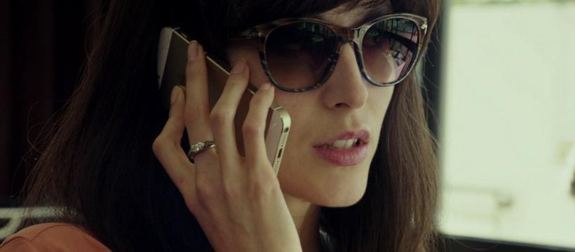 femme avec iphone