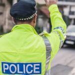 policier de dos qui fait la circulation