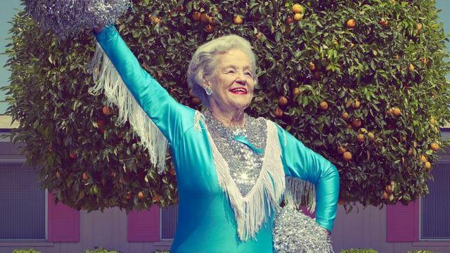 Une vieille dame en tenue de pop-pom girl