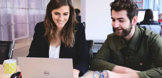 Une femme et un homme au bureau
