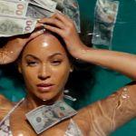 Beyoncé en train de se baigner dans une piscine avec des billets