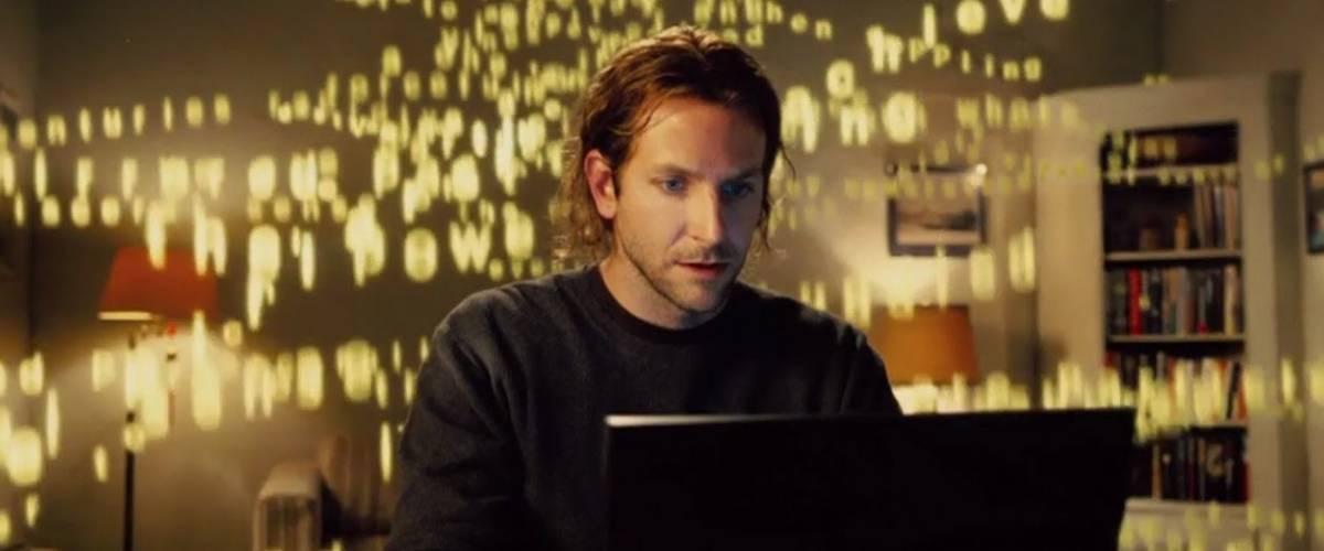 Bradley Cooper, dans le film Limitless, derrière son ordinateur